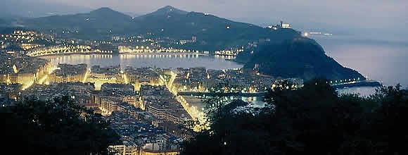 800px-San_Sebastian_at_night