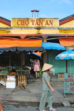 Walking Tour Cho Tan Market 250x337